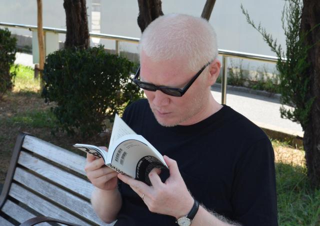 本を読むときには、顔を近くに寄せる