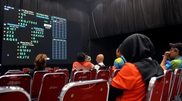 競技が行われる部屋とは別に、「観戦ルーム」が用意され、試合の進行が表示される=2018年8月、ジャカルタ