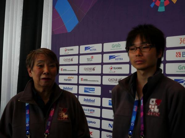 中尾共栄さん(左)と瀬下拓未さんは足して100歳のペアだ=2018年8月、ジャカルタ