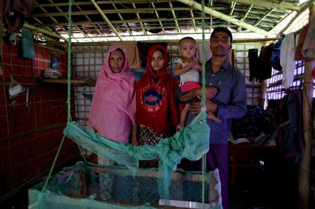 2017年9月に難民キャンプにやってきた、ラシッド・ウラーさん(右)一家。ミャンマーから逃げる際、ロハネスちゃんは生後3カ月だった=2018年8月、バングラデシュ南東部・コックスバザール