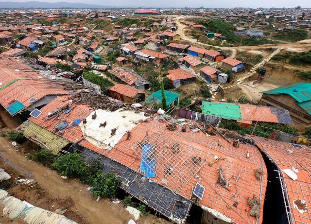 東京都千代田区ほどの広さのあるキャンプは、どこまでも住居が密集していた=2018年8月、バングラデシュ南東部・コックスバザール