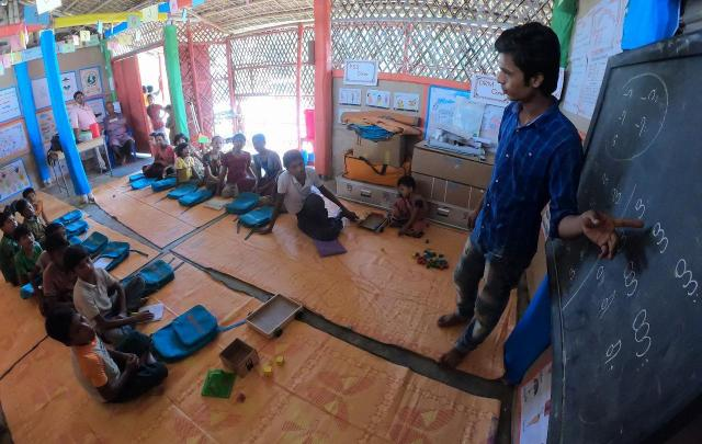 キャンプ内にある教育施設では、ミャンマー語の授業が行われていた。子どもたちは、教師に続いて元気な声で発音練習をしていた=2018年8月、バングラデシュ南東部・コックスバザール