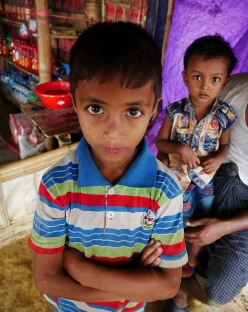 バングラデシュ南東部のロヒンギャ難民キャンプで出会ったロヒンギャの子ども。彼らの文化では、腕を組むことは相手への敬意を表すという=2018年8月