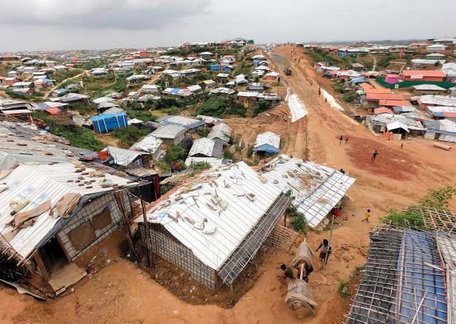 傾斜のきつい坂がいくつもあるロヒンギャ難民キャンプ。大雨での土砂崩れなどが心配されている=2018年8月、バングラデシュ南東部・コックスバザール