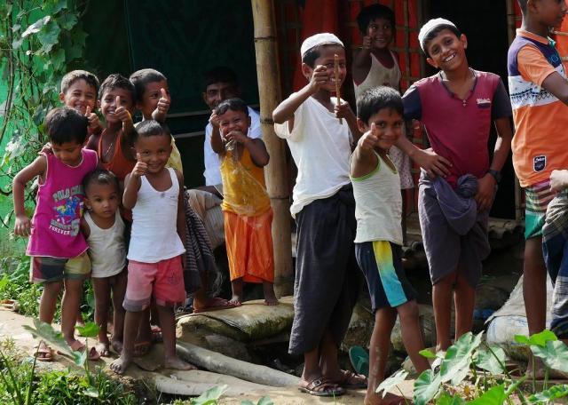 難民キャンプの子どもたちは、外国人記者が珍しいのか、取材していると笑顔で集まってくる。1年前、大変な思いをして逃げてきたと想像すると、胸が詰まる=2018年8月、バングラデシュ南東部・コックスバザール