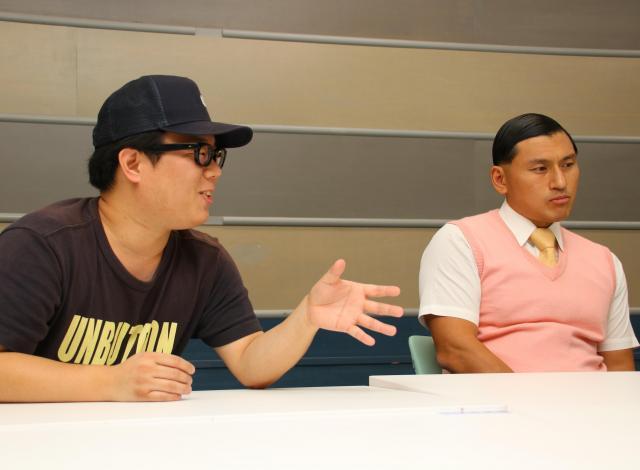 「いきなり嚙んだんですよ」と語る安田ディレクター(左)と無言になる春日さん