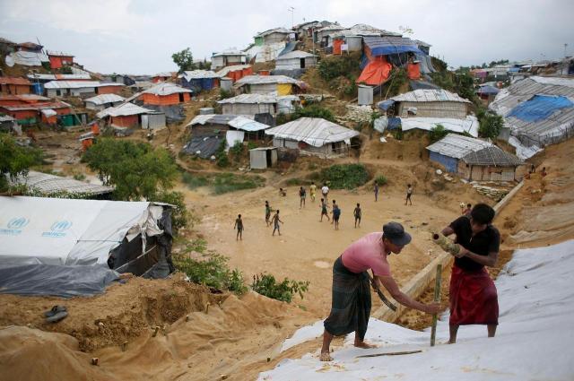バングラデシュ南東部、コックスバザール郊外にある難民キャンプは雨期対策のため、至るところで難民たちが補修工事をしていた=2018年8月