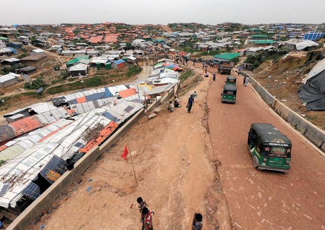 難民キャンプ内では、「トムトム」と呼ばれる乗り物が走り、難民たちも移動に使っている=2018年8月、バングラデシュ南東部・コックスバザール