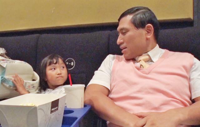 「映画館で映画を見たい」という7歳の女の子の夢をかなえる春日さん=テレビ東京提供