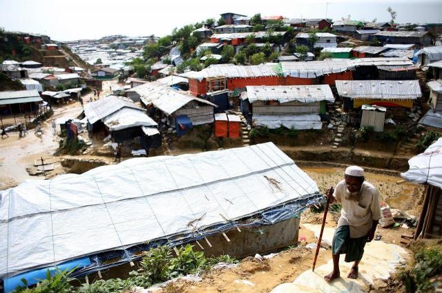 バングラデシュ南東部、コックスバザール郊外にある難民キャンプには、子どもやお年寄りの姿も多い。起伏の激しい丘を上り下りするのも大変そうだった=2018年8月