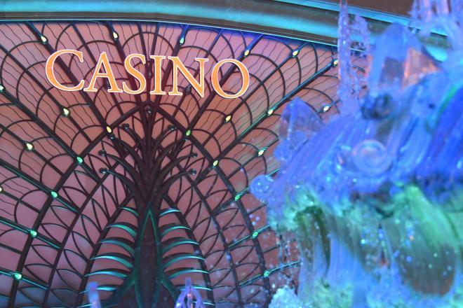 幻想的なネオンに照らされるギャラクシー・マカオのカジノ=8月30日、マカオ、益満雄一郎撮影