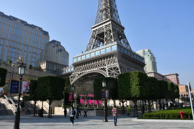 パリのエッフェル塔をモデルにしたタワー=2016年12月8日、益満雄一郎撮影