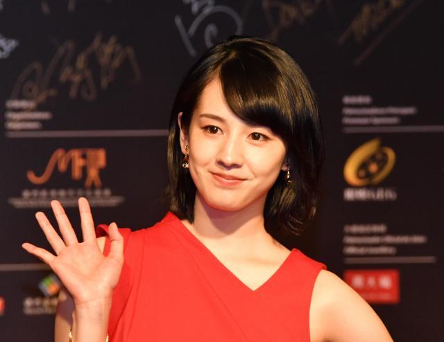 マカオで開かれた国際映画祭で手を振る桜庭ななみさん=2016年12月8日、マカオ、益満雄一郎撮影