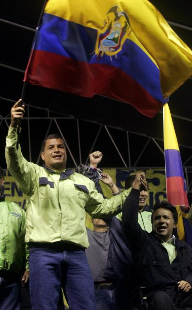エクアドルの首都キトで2009年4月、選挙集会で手を握り合うコレア大統領(左)とモレノ副大統領(いずれも当時)=ロイター