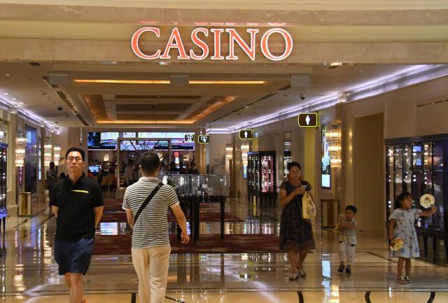 CASINO(カジノ)と書かれたギャラクシー・マカオの通路を歩く観光客ら=8月30日、マカオ、益満雄一郎撮影