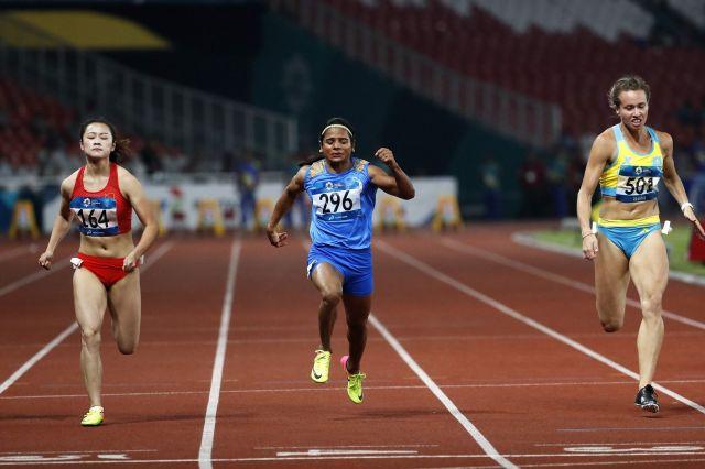 ジャカルタ・アジア大会では、写真判定に持ち込まれた僅差で銀メダルを獲得した、デュティ・チャンド選手(中央)=2018年8月