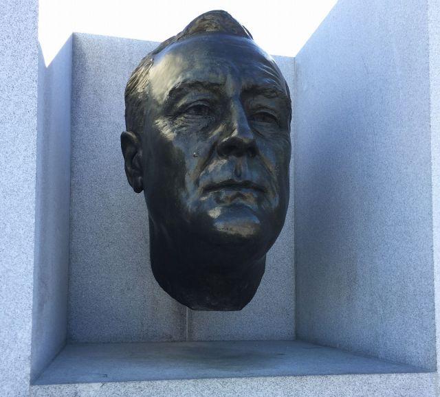 島の名前の由来となった、フランクリン・ルーズベルト元アメリカ大統領の頭像