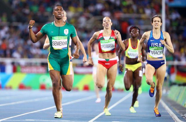 リオ五輪女子陸上800メートルで金メダルに輝いた、南アフリカのキャスター・セメンヤ選手(左)