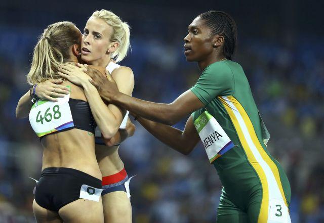 リオ五輪で金メダルをとった南アフリカのキャスター・セメンヤ選手(右)に対し、性別検査を行ったことについては人権団体から厳し批判があがった