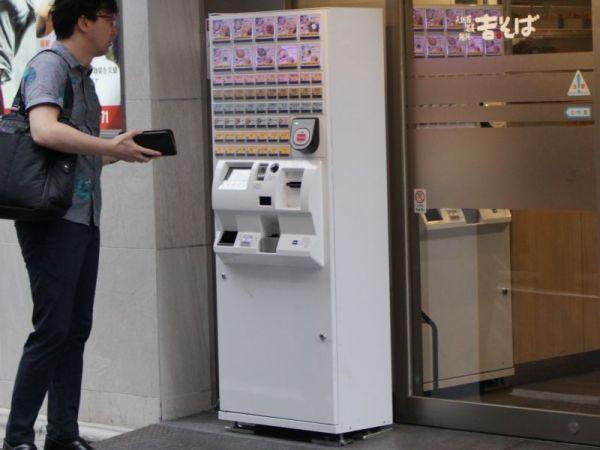 券売機の「前払い」方式にも驚いたと話します。 ※写真はイメージです。撮影された写真を再現しています