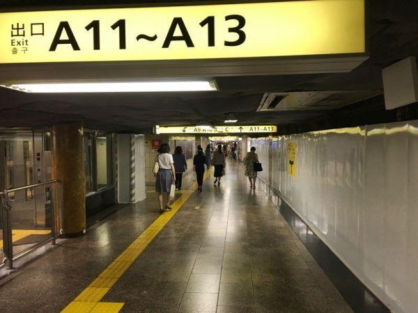 他にも「地下鉄の乗り換え通路」の写真も。 ※写真はイメージです。撮影された写真を再現しています