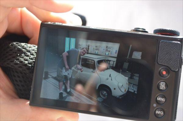 江戸東京博物館にある軽自動車の写真も。「日本は道も小さいし、駐車場も驚くほど小さいからね。とめられるように作ったんだろうね」