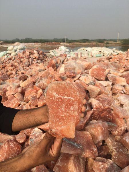 パキスタンのパンジャブ州で、山と積まれた「ヒマラヤ岩塩」