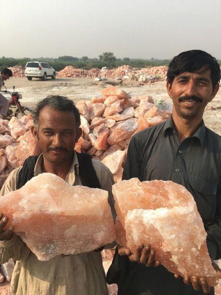 笑顔で岩塩を見せる地元の人たち