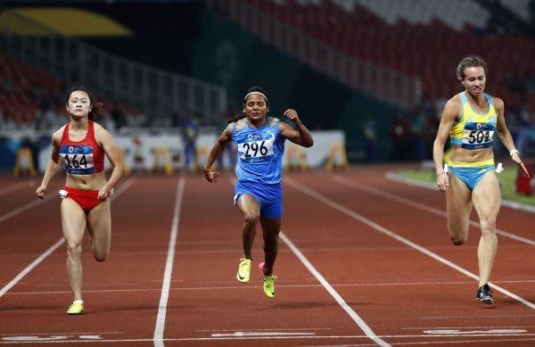 2018年8月のアジア大会陸上女子100メートルで銀メダルを獲得した、デュティ・チャンド選手(中央)=2018年8月、ジャカルタ