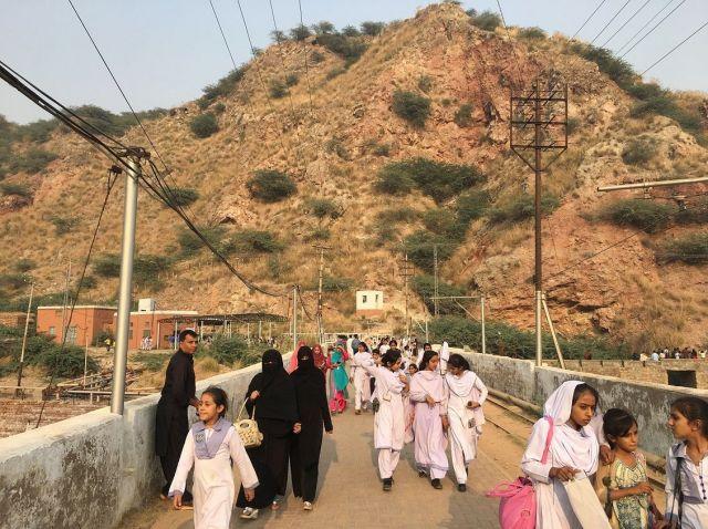 ケウラ岩塩鉱山を訪れた子どもたち