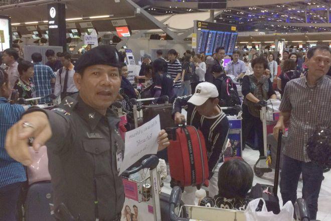 タイで一番長い正月休みの直前、多くの人が空港で航空チケットが予約されていないことがわかり、騒然となった=2017年4月