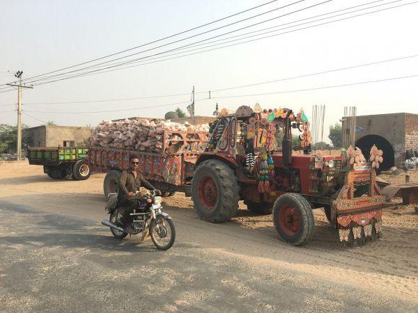 岩塩を運ぶトラック