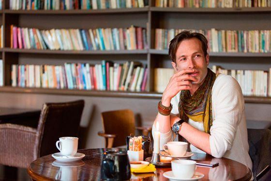 パリのカフェでリラックスするキャロンさん