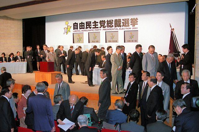 2001年の自民党総裁選で次々と舞台に上がり、投票する国会議員ら=同年4月、党本部