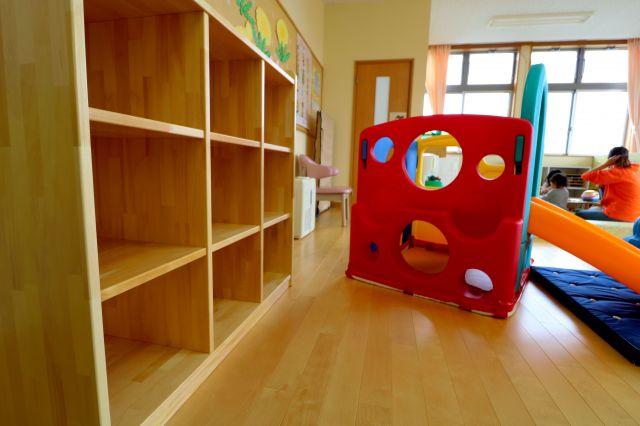 子育て支援の部屋を改装し、園児用のロッカーを設置したが、保育士不足で受け入れができていない保育園