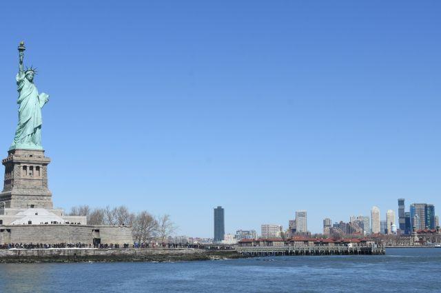 ニューヨーク湾に立つ自由の女神像