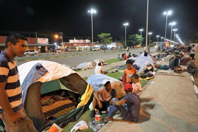 食べ物がなく国を脱出し、路上で生活するベネズエラ人たち=2018年9月8日午後8時59分、ブラジル・ボアビスタ、岡田玄撮影
