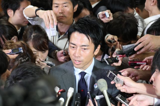 今回の自民党総裁選で自身の投票について記者団に説明する小泉進次郎氏。誰に入れたのか…=9月20日午後、党本部