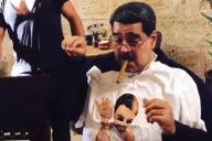塩を振るまねをするベネズエラのマドゥロ大統領