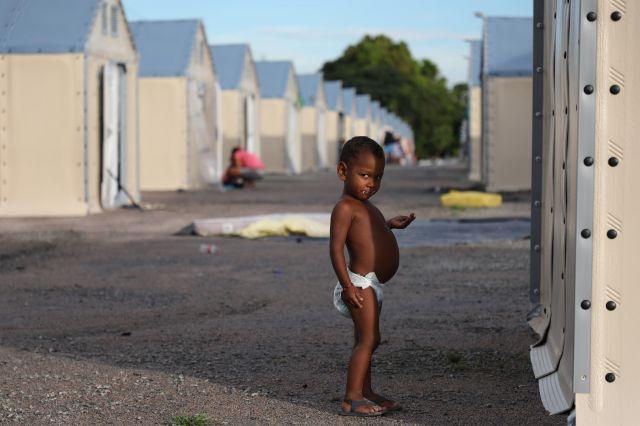 国連難民高等弁務官事務所が運営している避難民キャンプで、食べ物を口にする子ども=2018年9月9日午後6時7分、ブラジル・ボアビスタ、岡田玄撮影
