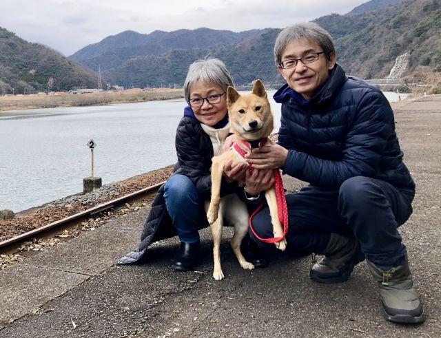 山陰柴犬の「サニー」と、河部眞弓さん・安男さん夫妻