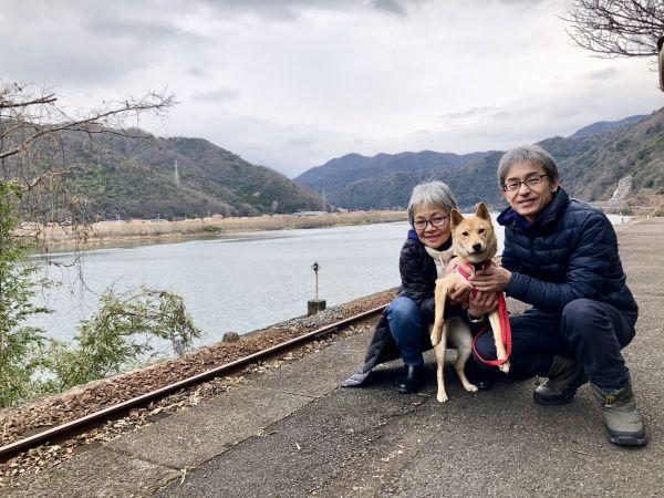 柴犬のルーツ「石」について研究している河部眞弓さん・安男さん夫妻と、山陰柴犬の「サニー」