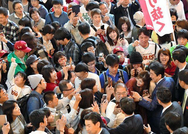 写真を撮ろうと多くの有権者らが安倍晋三首相に駆け寄った=2017年10月、仙台市青葉区、福留庸友撮影