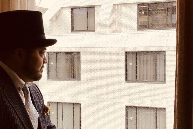 窓の外を見る一発屋芸人の髭男爵・山田ルイ53世