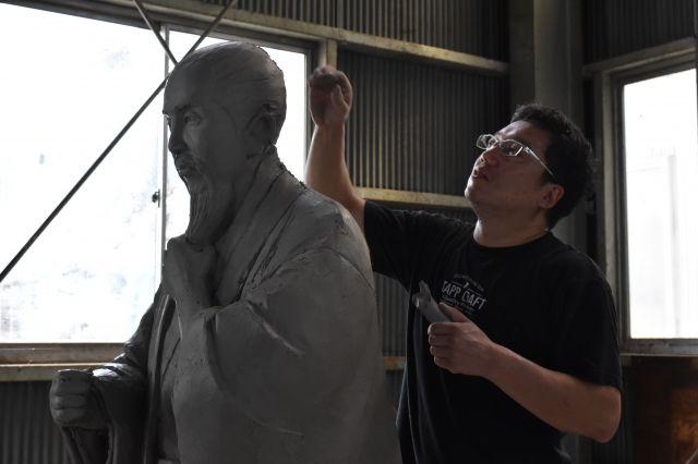 佐久間象山像の原型を整える丸山達平さん=2018年8月