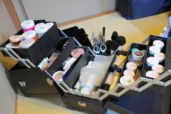化粧道具は遺体用が主だが、特殊メイクに用いられるものや歌舞伎用のものもある