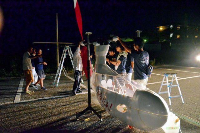 深夜に組み立てた大阪府立大の人力飛行機「Azalea」=8月27日午前3時30分、滋賀県彦根市