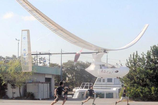 離陸した大阪府立大「堺・風車の会」の人力飛行機=8月27日、滋賀県彦根市