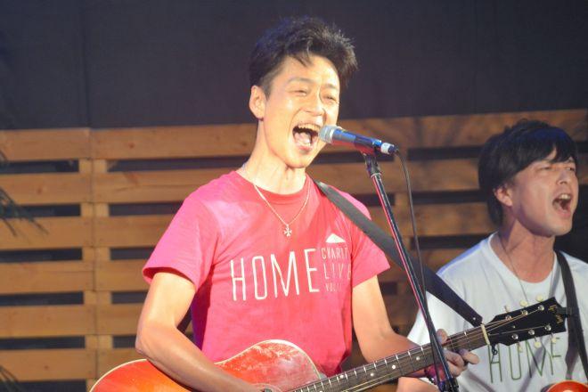 チャリティーライブで歌う千綿偉功さん=2018年8月4日、佐賀市呉服元町