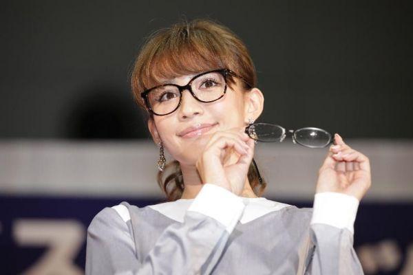 日本メガネベストドレッサー賞の芸能界部門で受賞した佐賀出身の優木まおみさん